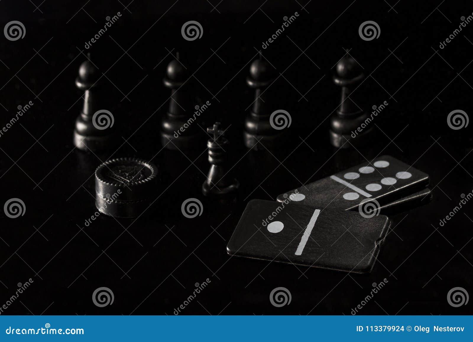 Würfeln Sie Dominokontrolleure und -Schachfiguren auf einem dunklen Hintergrund