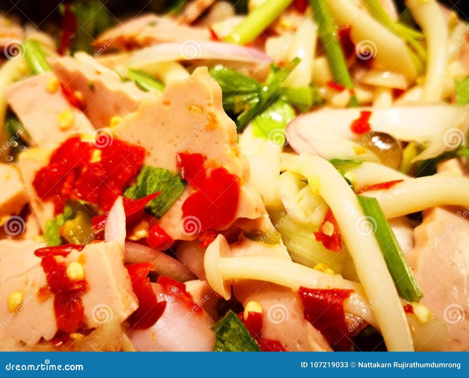 Würziger Schinkensalat ist thailändisches Lebensmittel, das die Bestandteile Schinkenpaprikas sind
