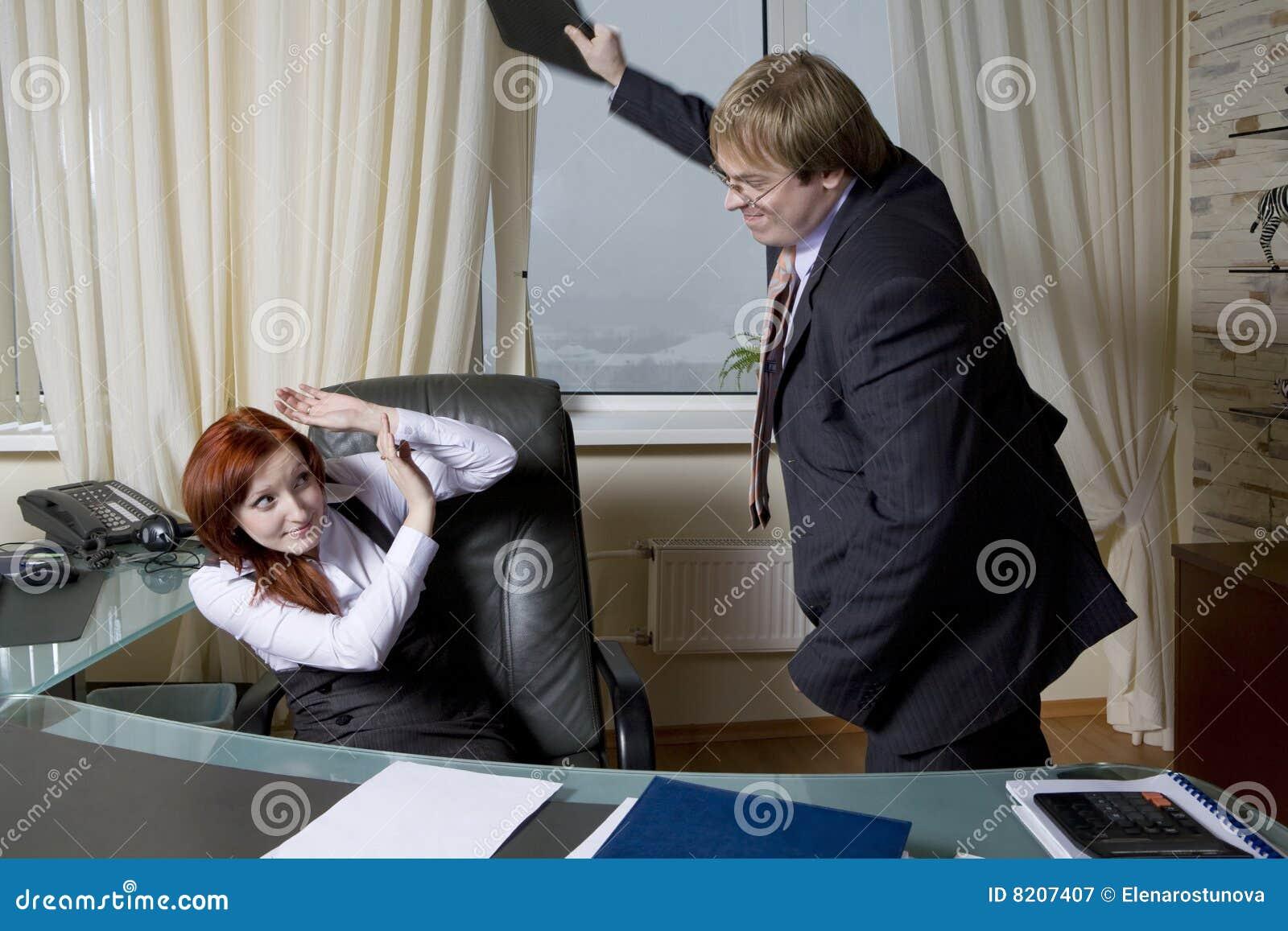 Wütende Sekretärin Schlägt Chef. Stockbild - Bild von