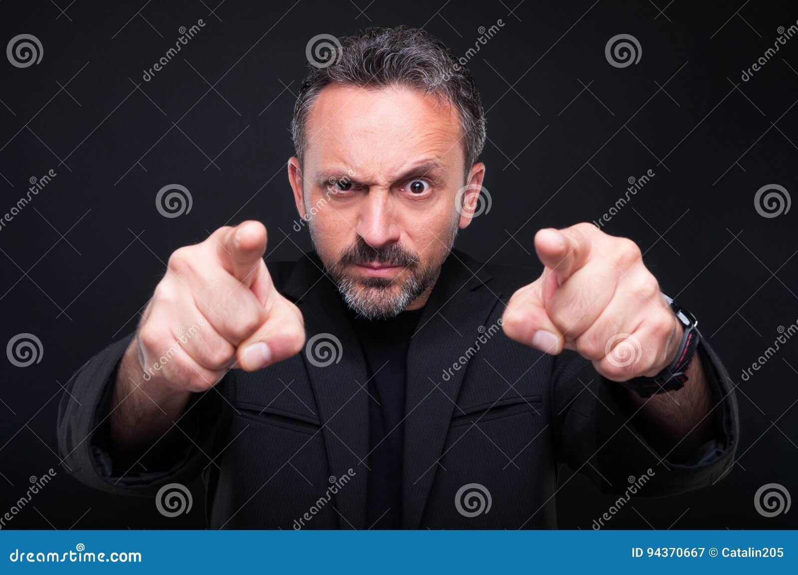 Wütender nobler Mann, der auf Sie zeigt