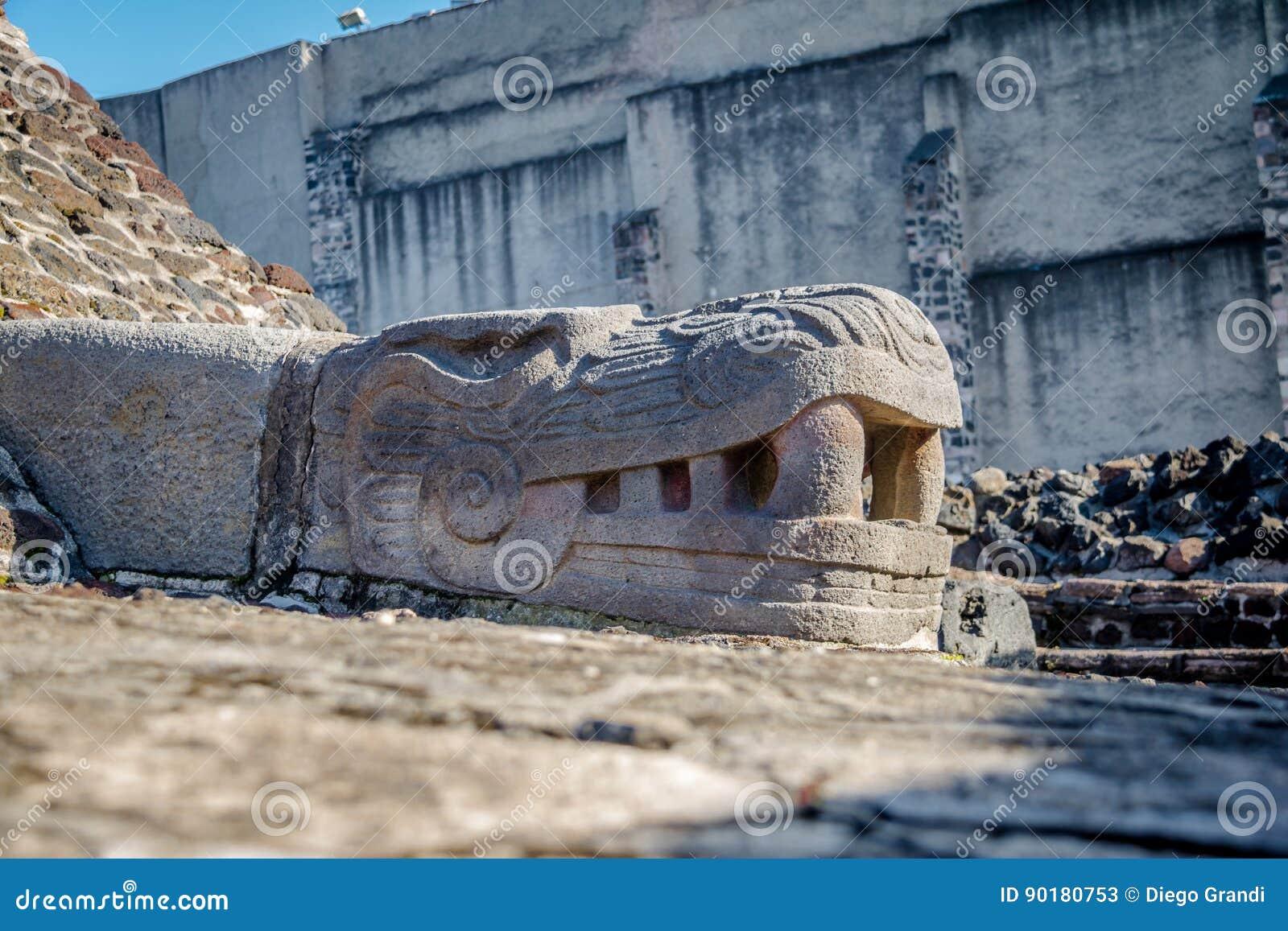 Wąż rzeźba w azteka Templo Świątynnym Mayor przy ruinami Tenochtitlan, Meksyk -, Meksyk