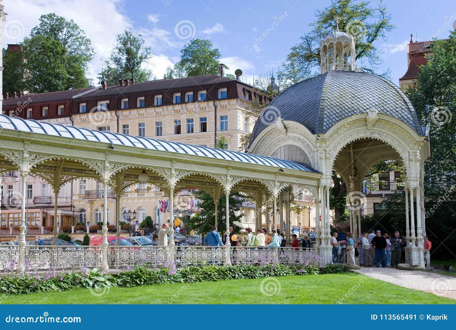 Wąż wiosny kolumnada w zdroju grodzki Karlovy Zmienia, Zachodnia cyganeria, republika czech