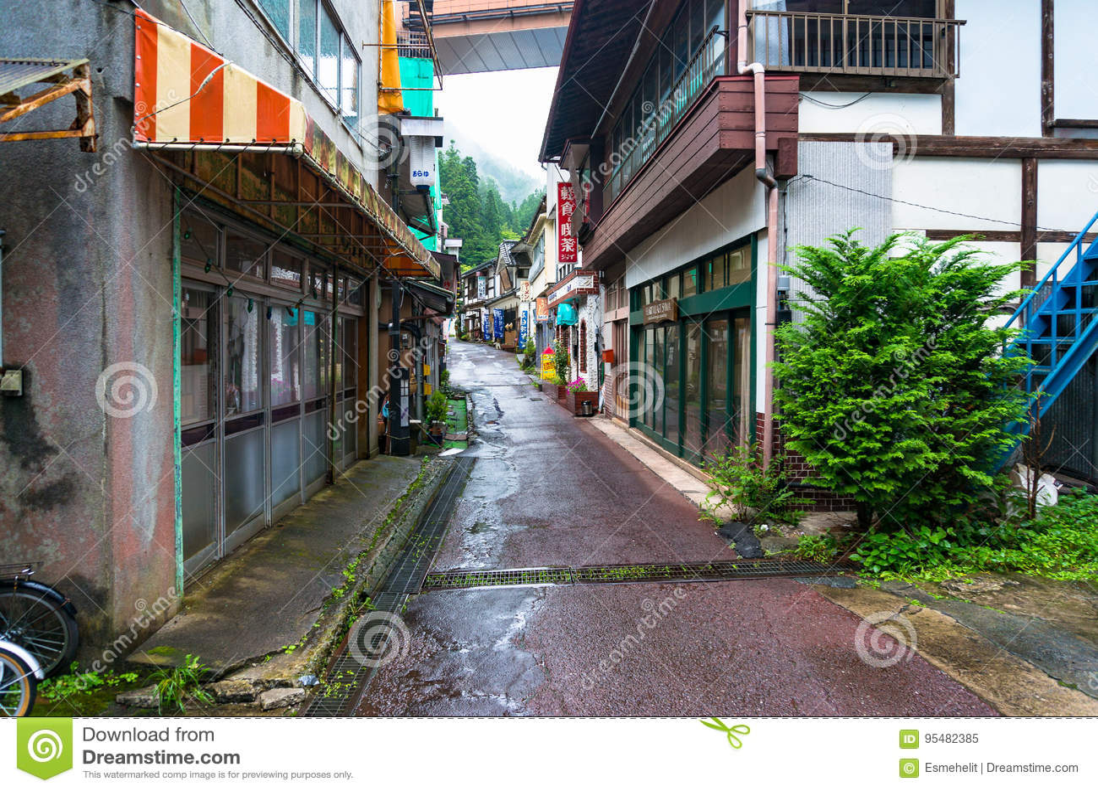 Wąskie ulicy Shima halny miasteczko na dżdżystej pogodzie
