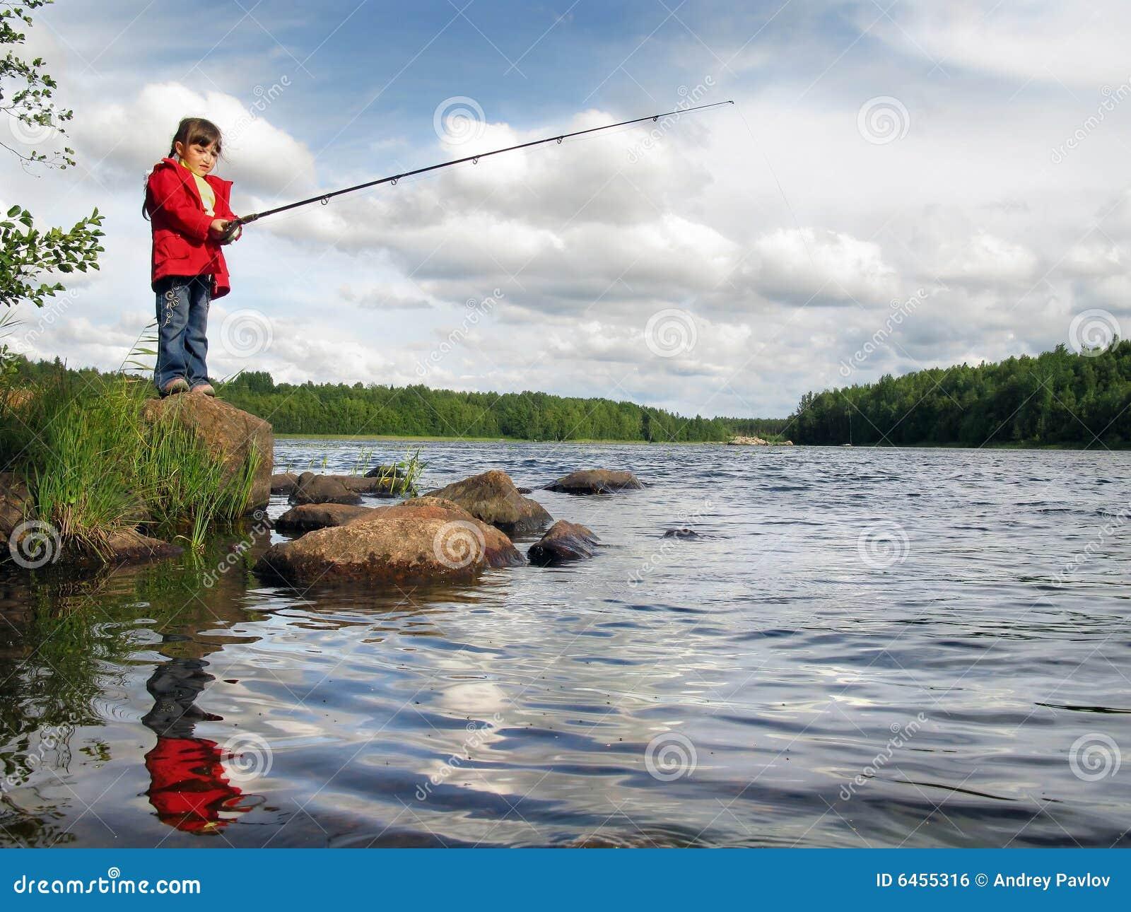 Wędkarza dziewczyny połowów jezioro mały kij