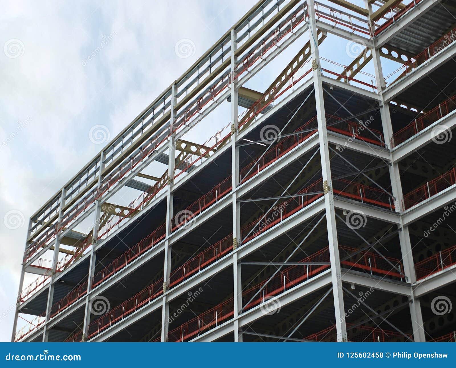 Wędkujący widok wielki budynku rozwój w budowie z stalową strukturą i stropnicami wspiera metal podłogi z b