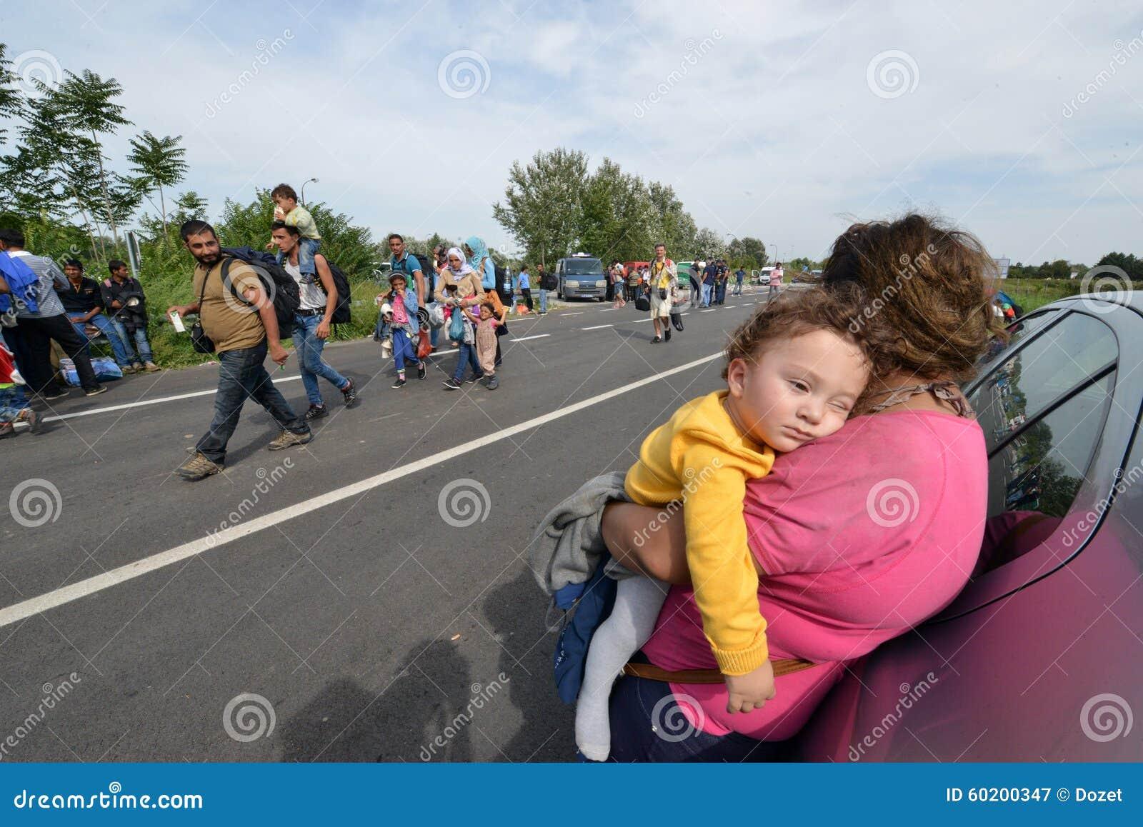 Wędrownicy od Środkowy Wschód czekania przy hungarian granicą