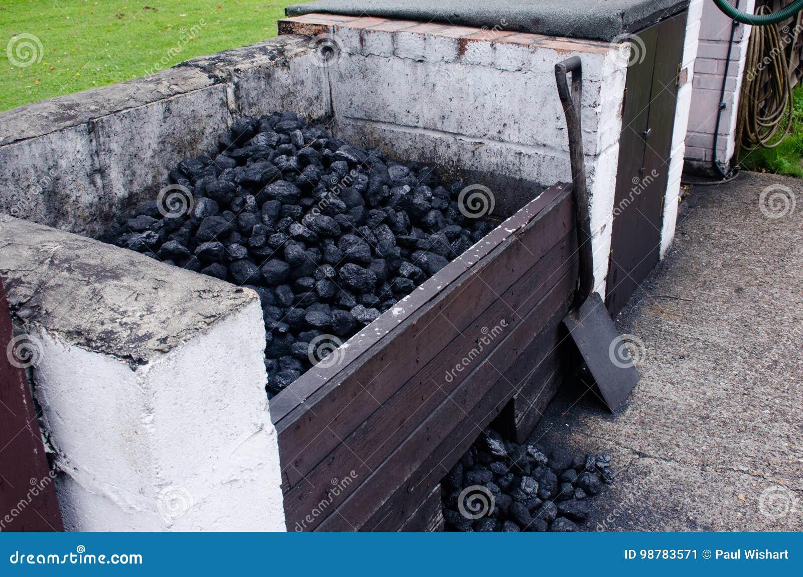 Węglowy bunkier z łopatą
