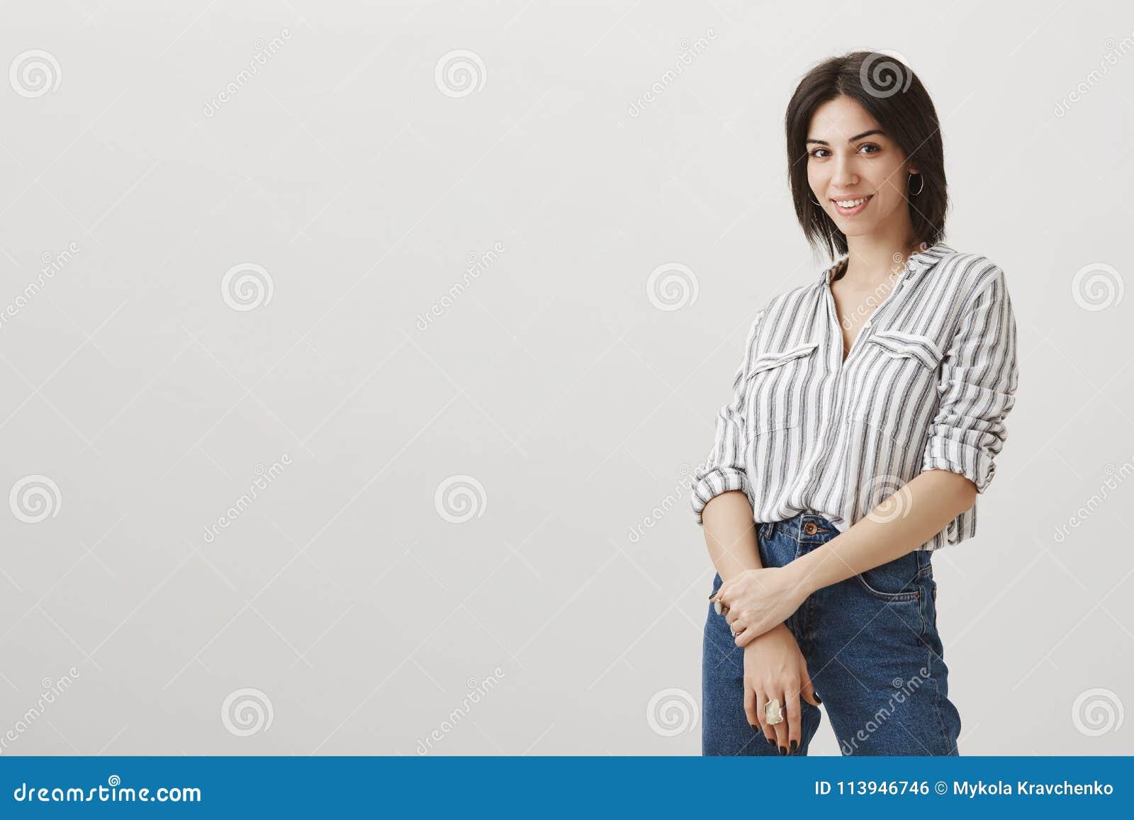 Właściciel sklep wita nowych klientów Portret pomyślna atrakcyjna żeńska przedsiębiorca pozycja obracająca nad szarość