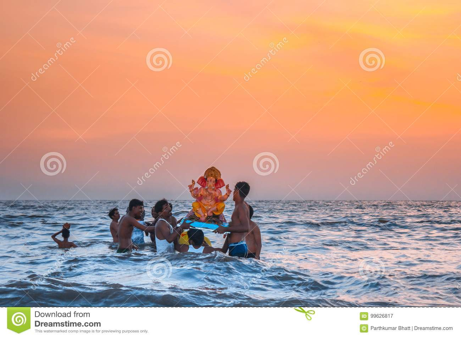 Władyki Ganesha festiwal przy wodą, Juhu plaża, Mumbai, India