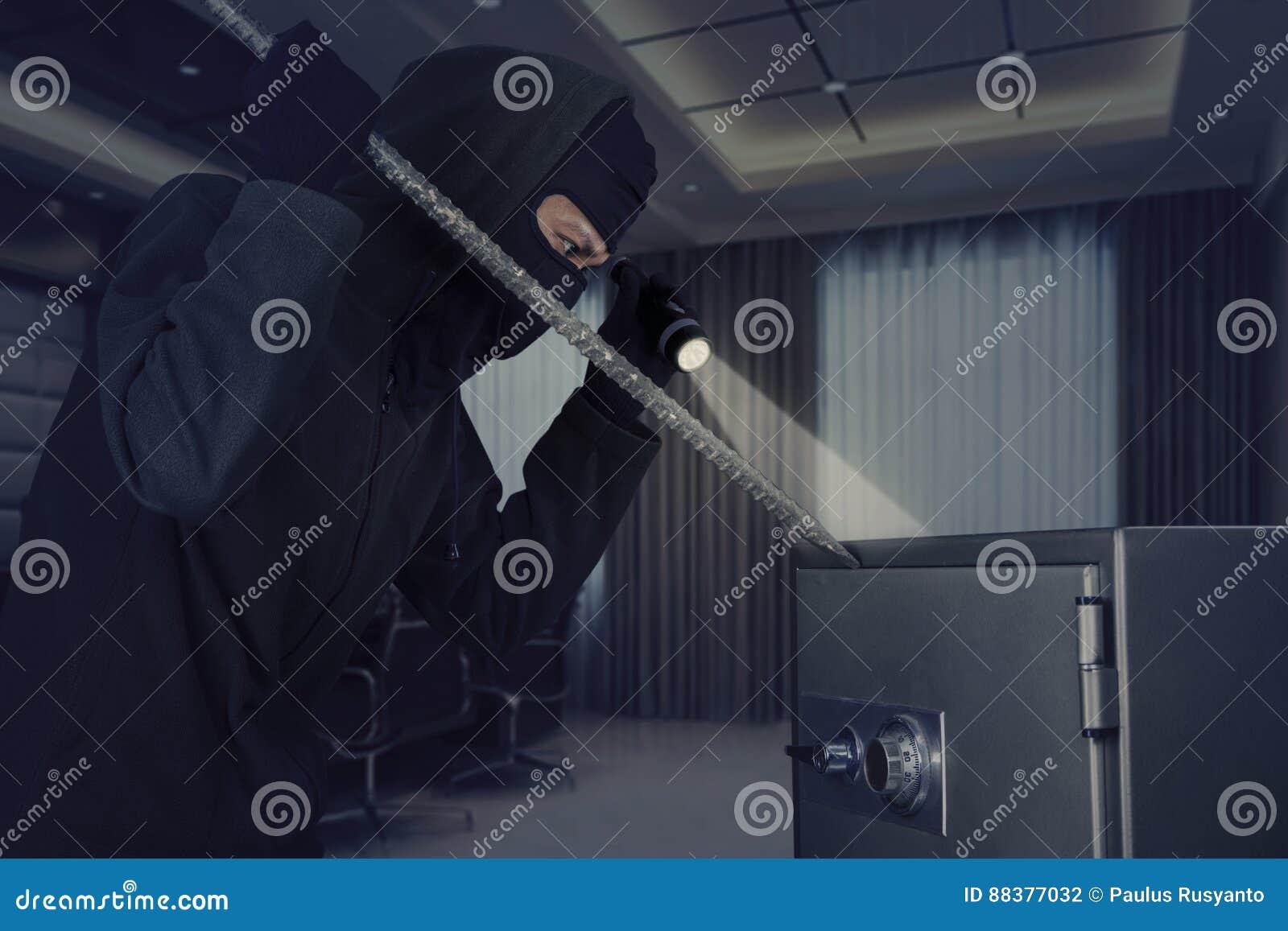 Włamywacz kraść bezpiecznego depozytowego pudełko