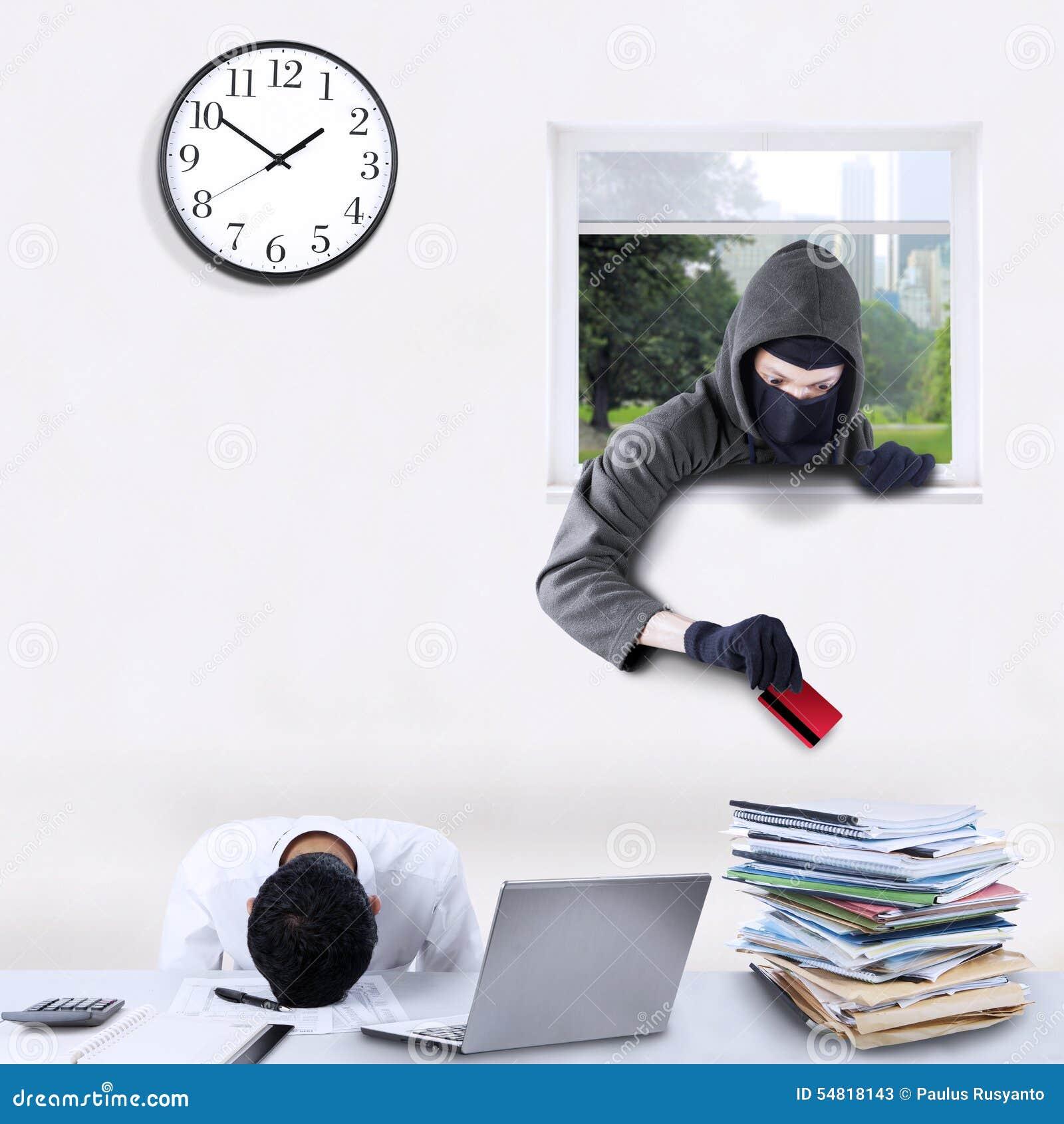 Włamywacz kraść kredytową kartę w biurze