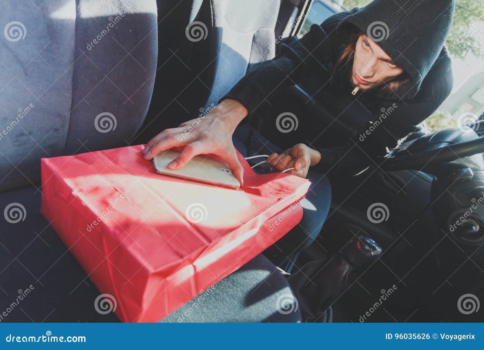 Włamywacza złodziej kraść smartphone i torbę od samochodu