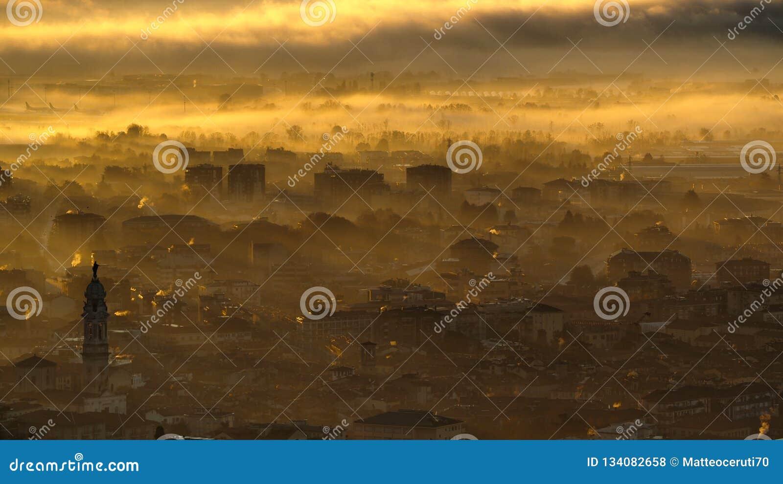 Włoch bergamo Zadziwiający krajobraz miasteczko zakrywający mgłą powstaje od równiny w sezonie jesiennym