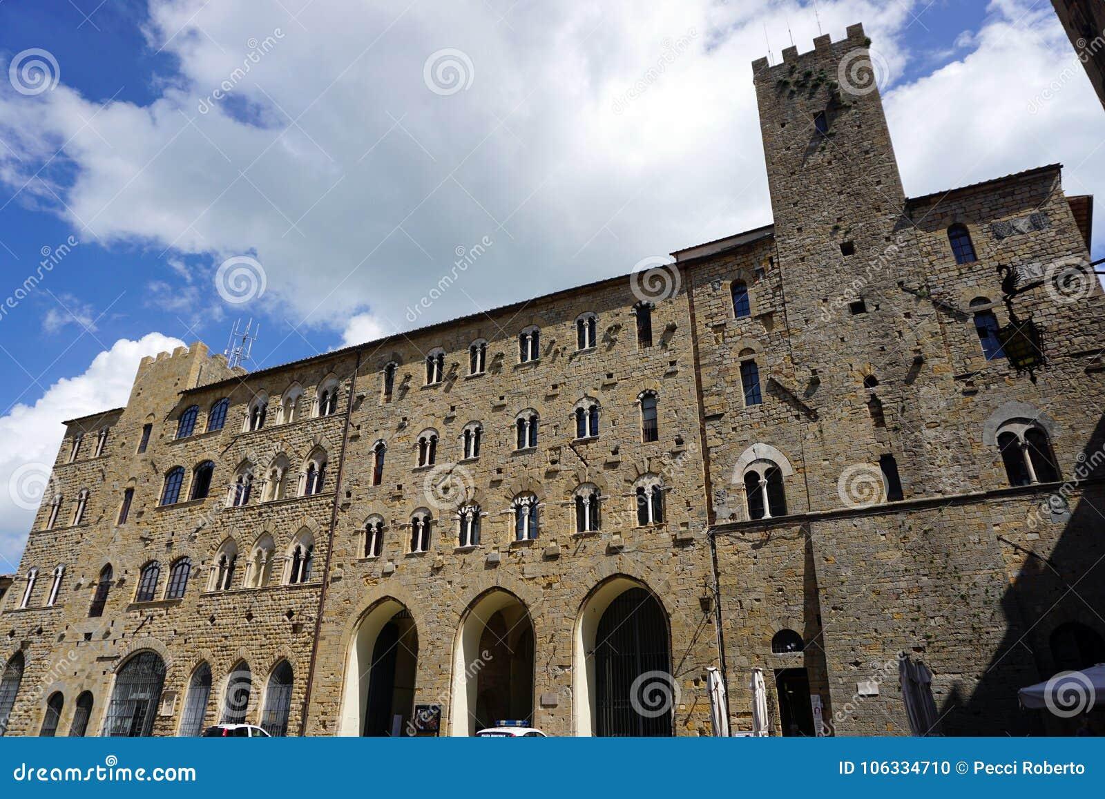 Włochy, Tuscany, Volterra, Kwiecień 2017, widok urzędu miasta budynek