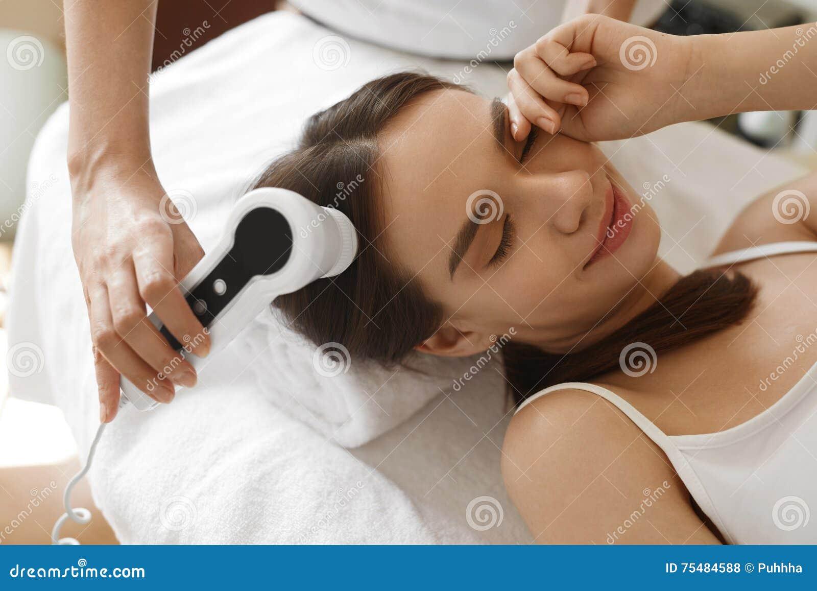 Włosiana opieka Kobieta Analizuje włosy Z analiza systemem piękno