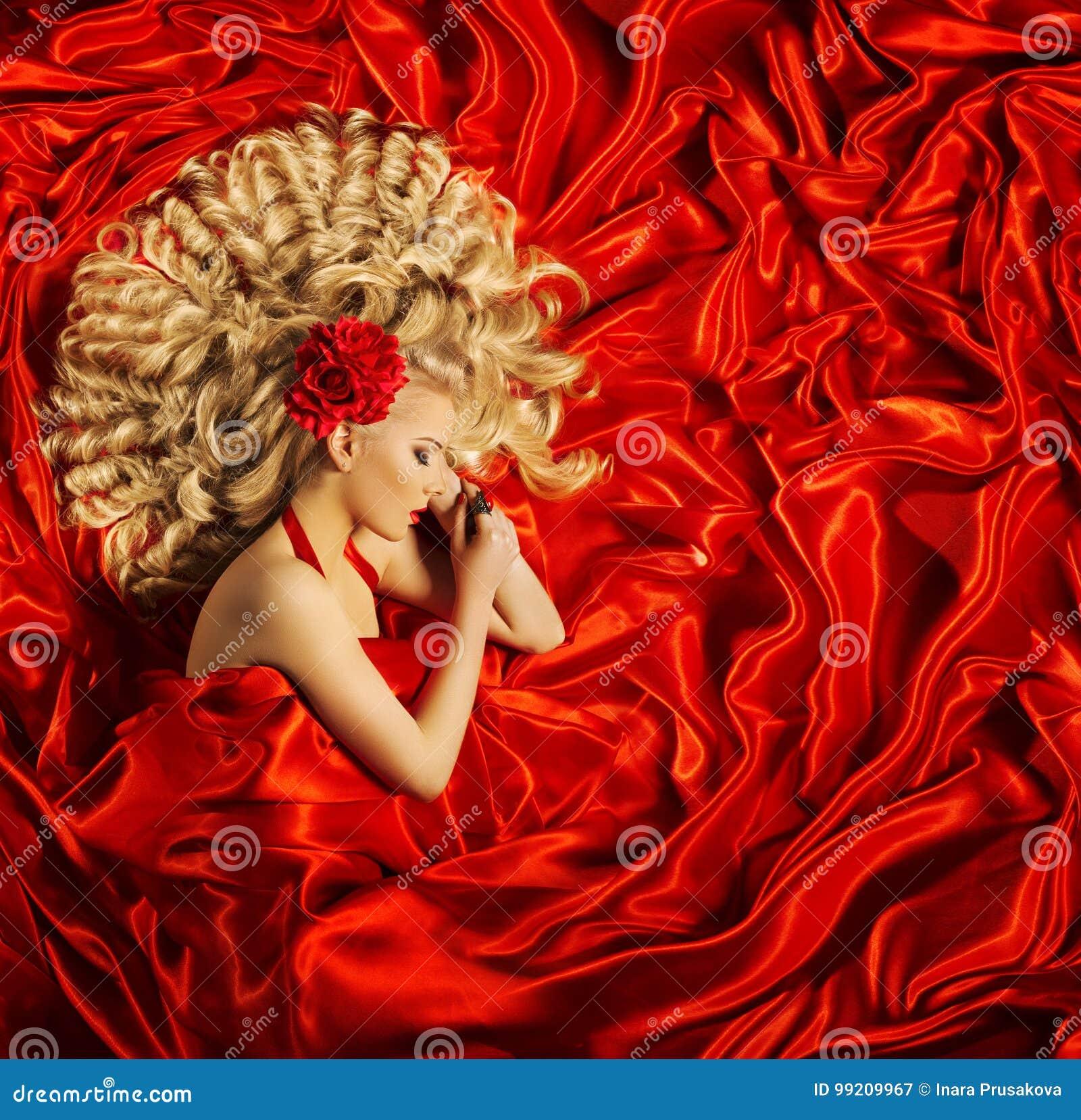 Włosiana piękno sztuka, kobiety Piękna Kędzierzawa fryzura, moda model