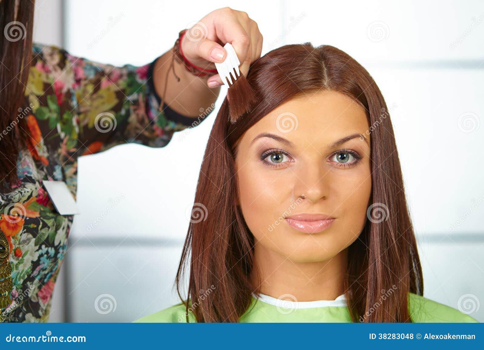Włosiany salon. Kobiet choses kolor barwidło.
