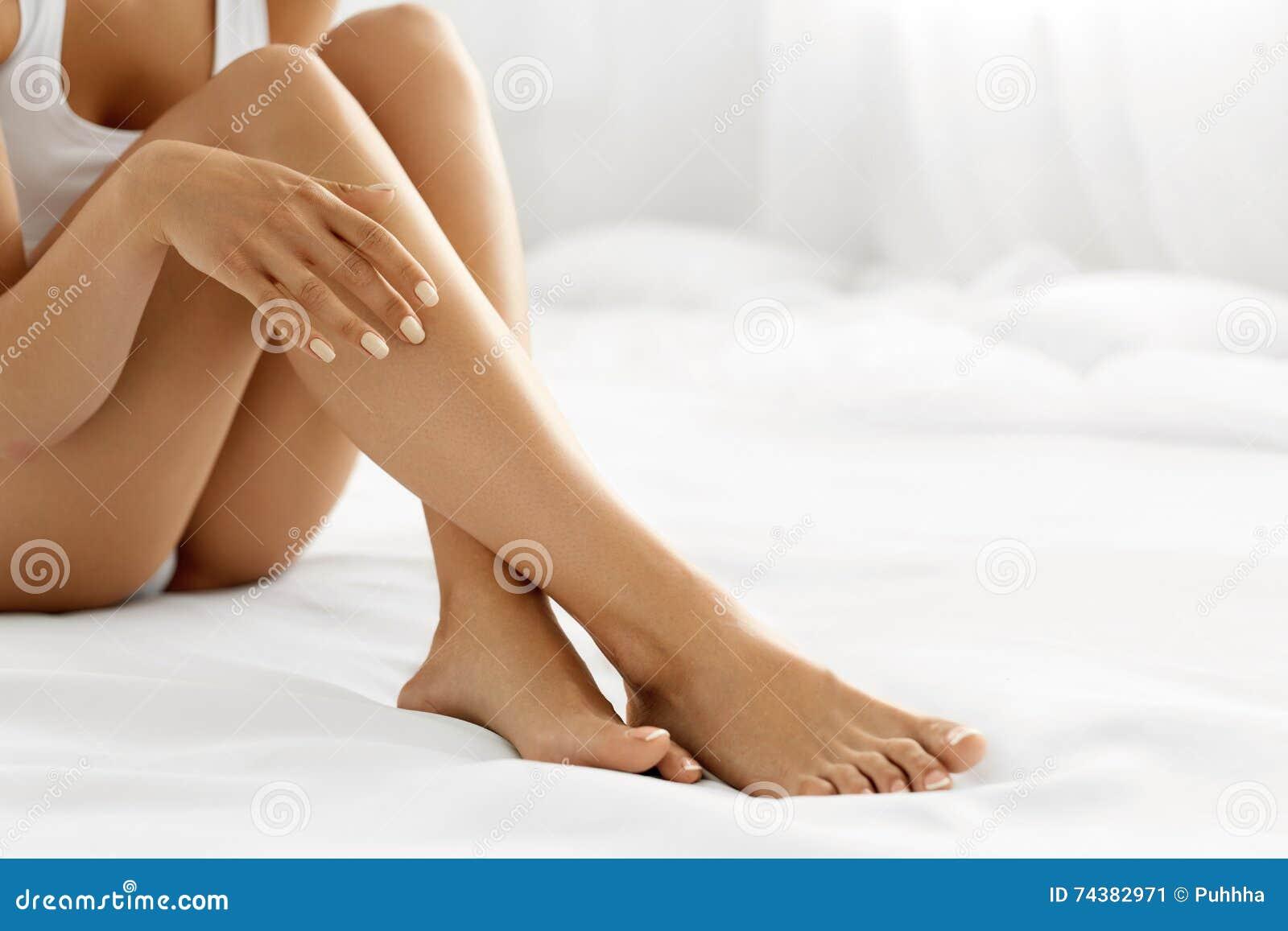 Włosiany usunięcie Zamyka W górę kobiet ręk Dotyka Długie nogi, Miękka skóra
