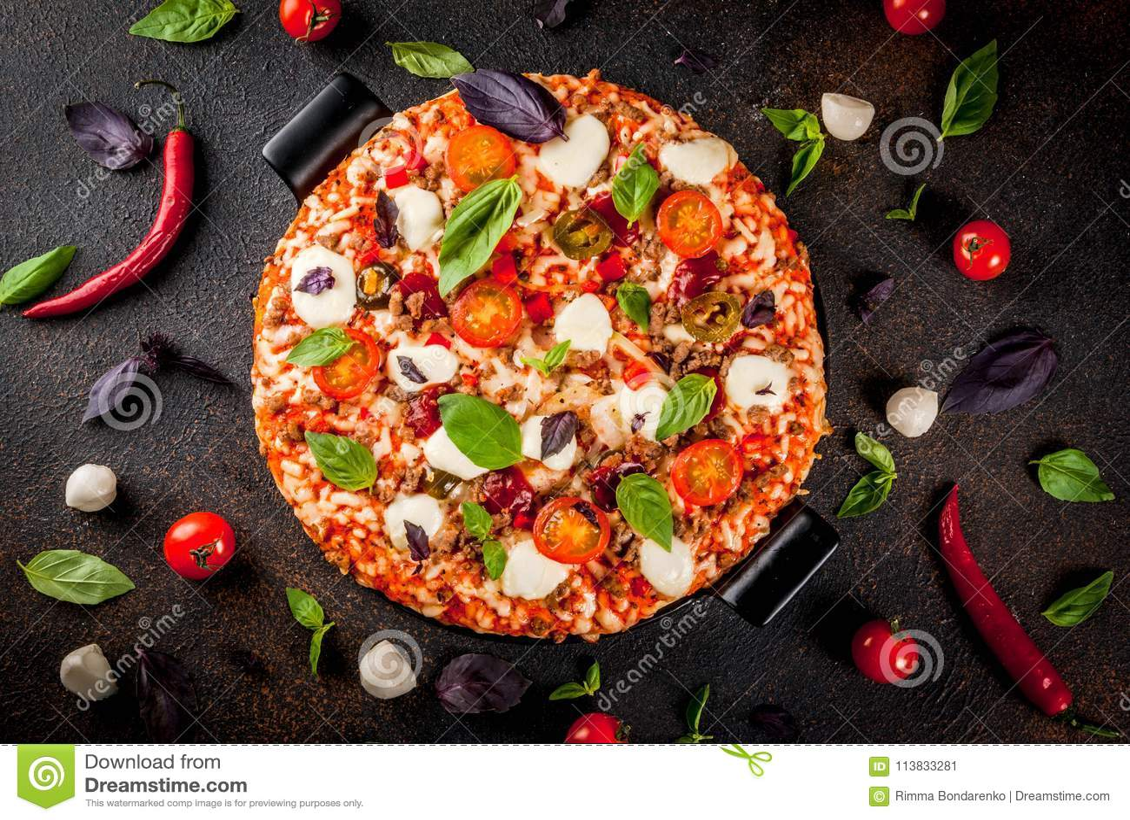 Włoska pizza z składnikami