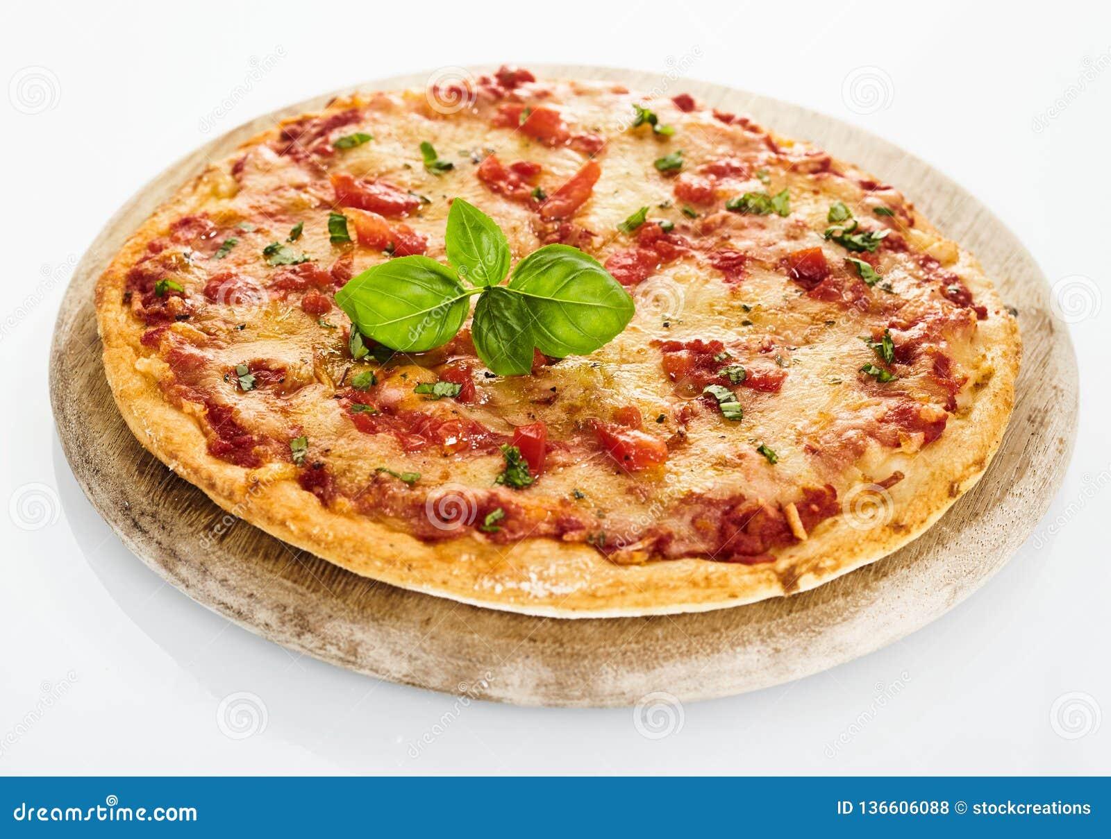Włoska pomidorowa Margherita pizza z basilem
