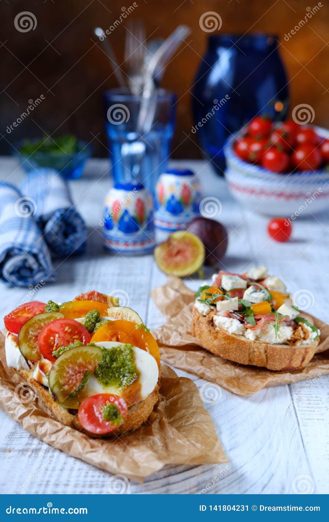 Włoski crostini z serowym pomidorem na białym drewnie