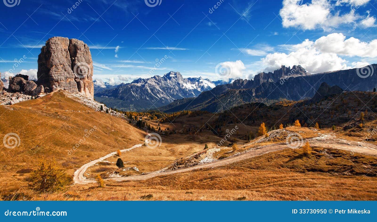 Włoski dolomiti - ładny panoramiczny widok