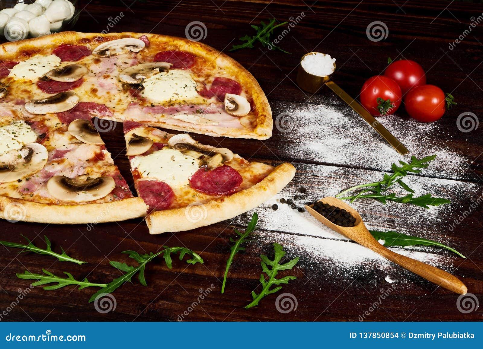 Włoski fast food Wyśmienicie gorąca pizza pokrajać i słuzyć na drewnianym półmisku z składnikami, zamyka w górę widoku Menu fotog