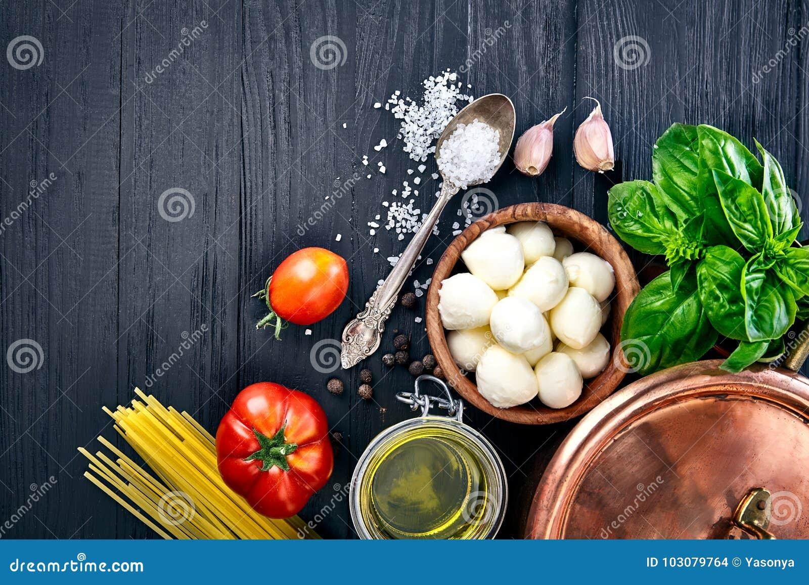 Włoski karmowy makaron z serowym mozzarella basilem