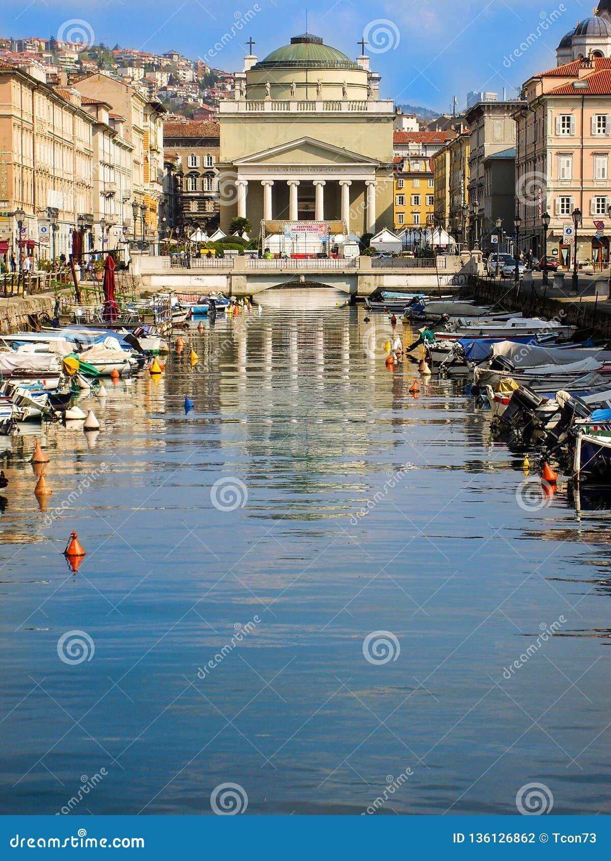 Włoski kopuła kościół na łódź porcie