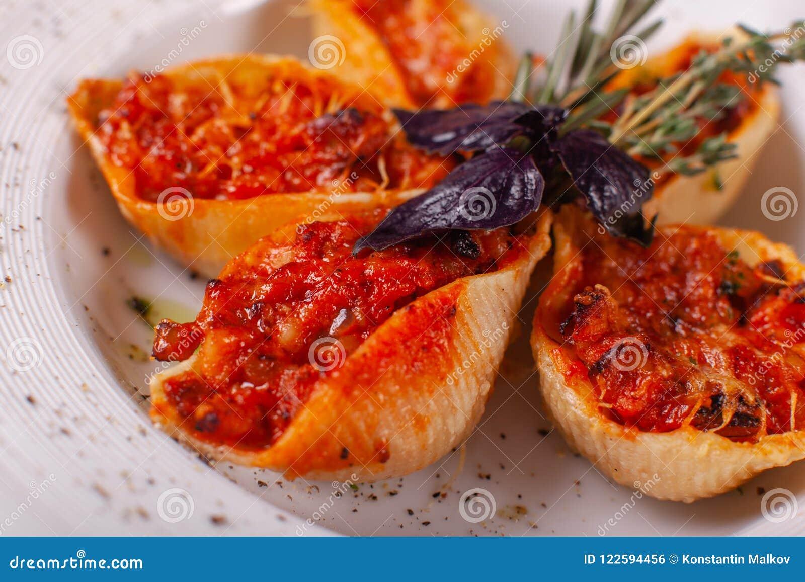 Włoski makaron Conchiglioni Rigati Wyśmienicie naczynie faszerował z zmielonym mięsem z suchymi pomidorami w pomidorowym kumberla