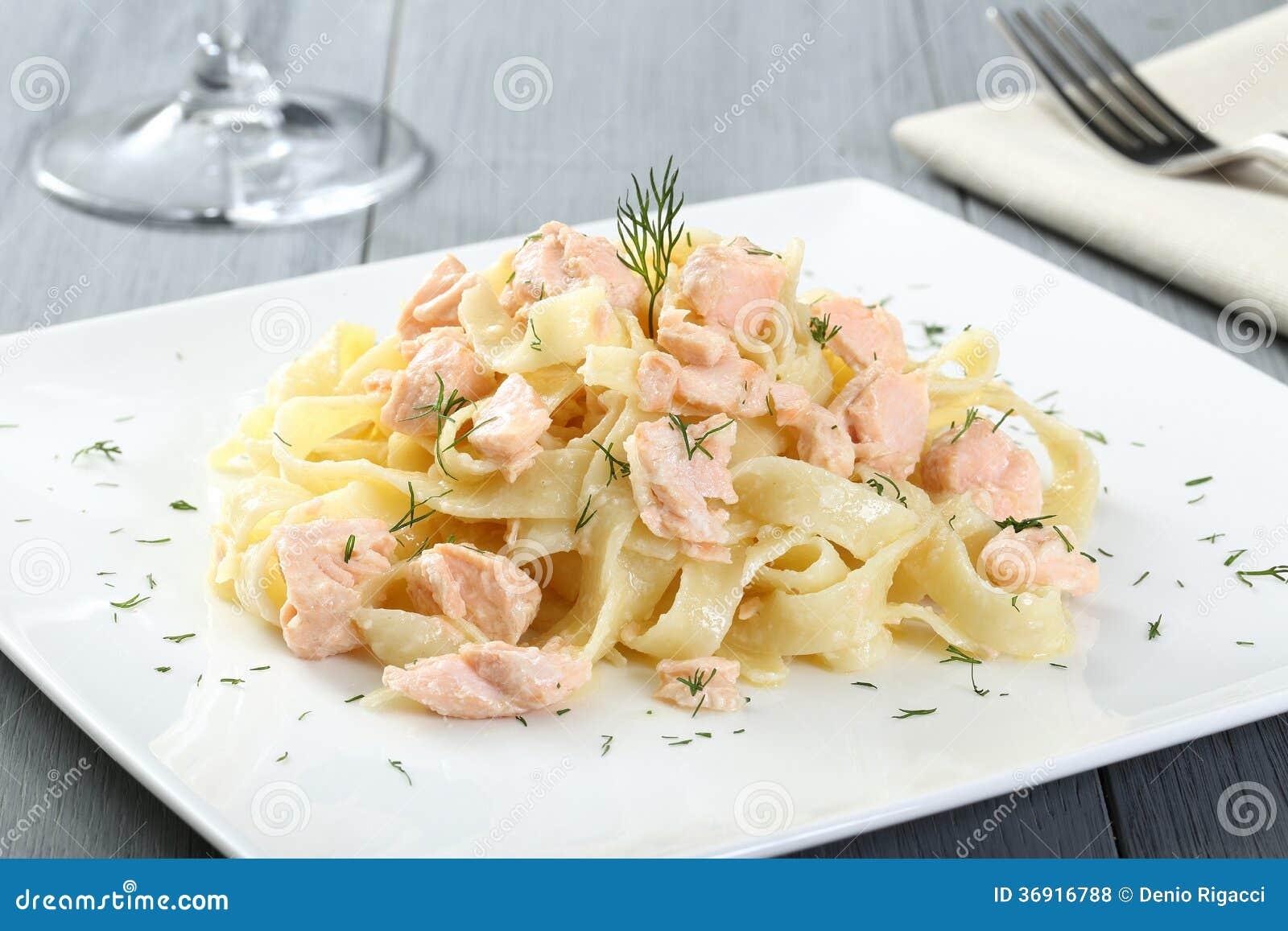 Włoski makaron z łososiem