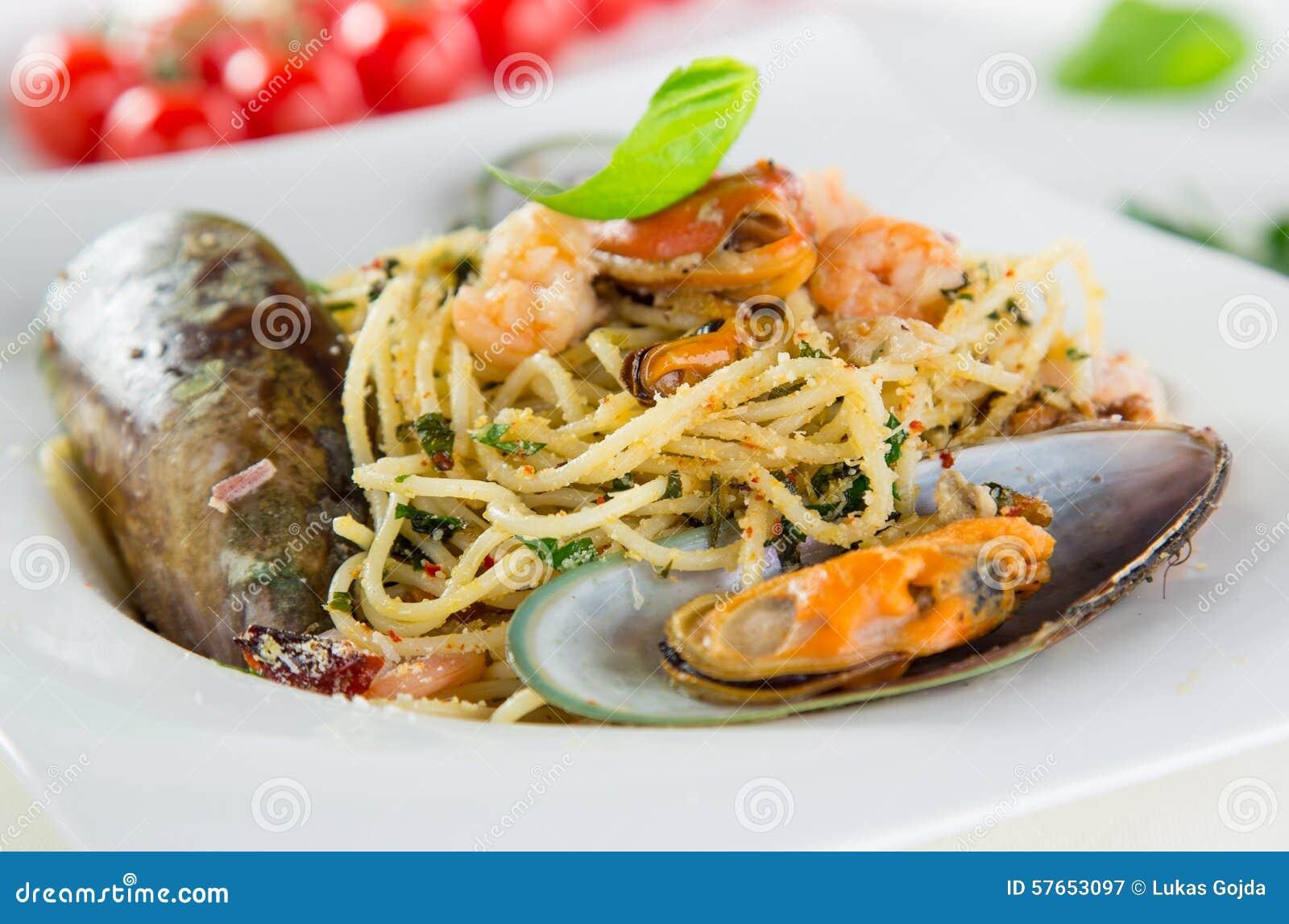 Włoski makaronu aglio olio z denną owoc