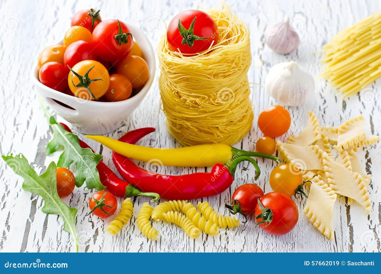 Włoski makaronu gniazdeczko z czereśniowymi pomidorami, chili i rucola,