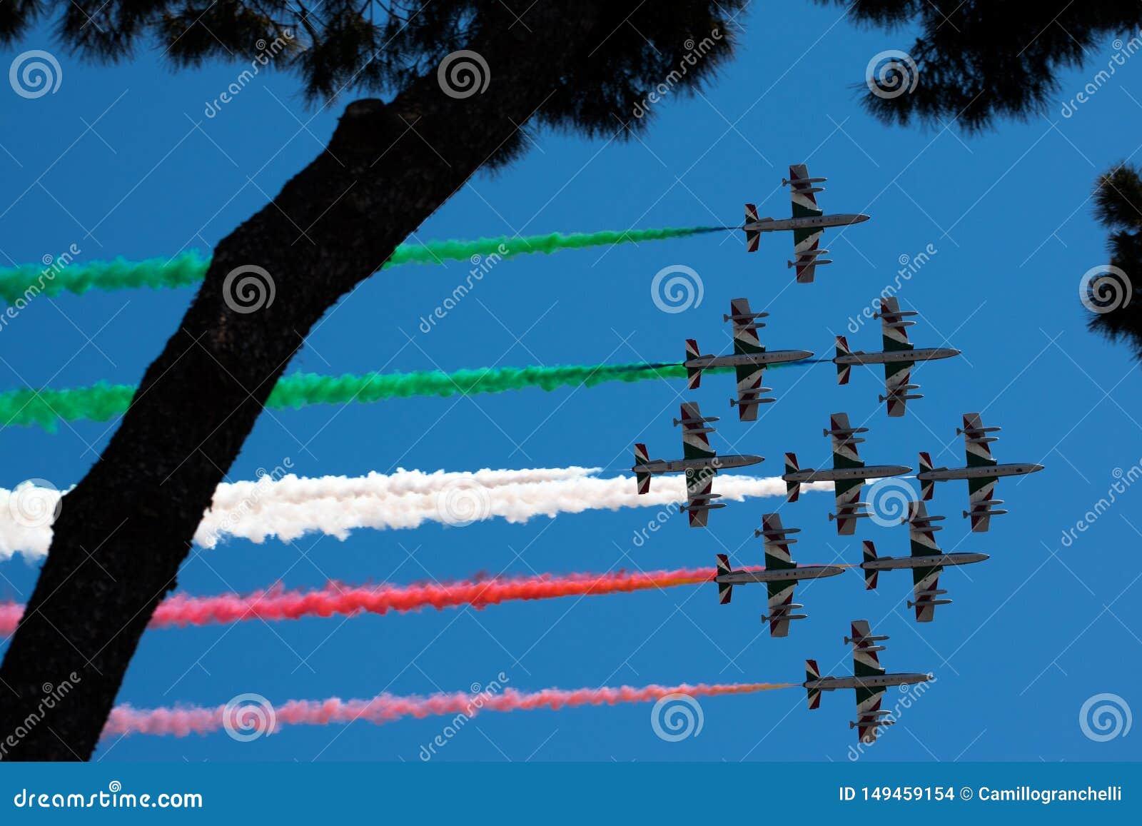 Włoski militarny lotniczy patrol Frecce Tricolori wykonuje podczas republika dnia na Czerwcu 2 w Rzym