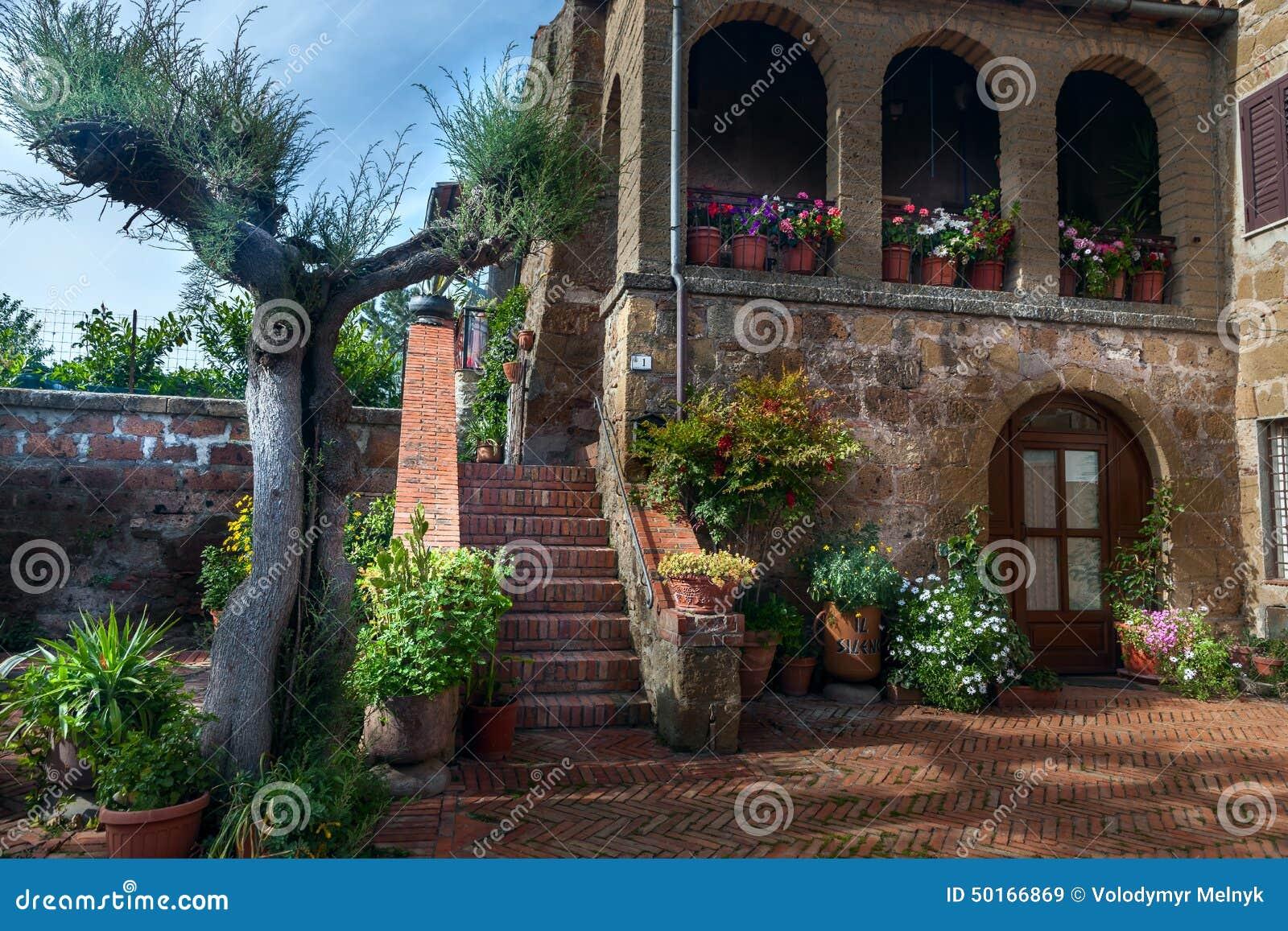 Włoski patio w starej wiosce Pitigliano