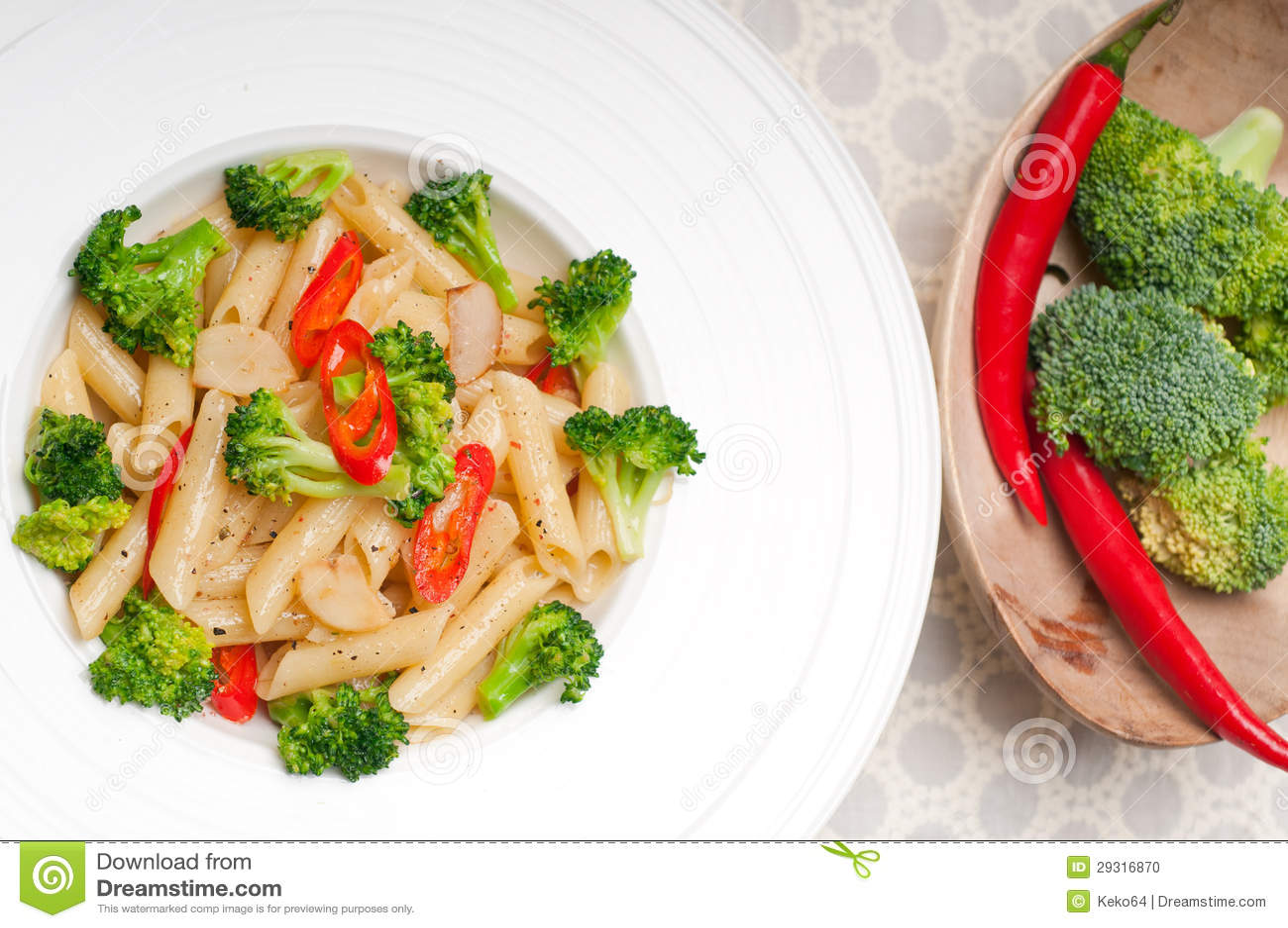 Włoski penne makaron z brokułami i chili pieprzem
