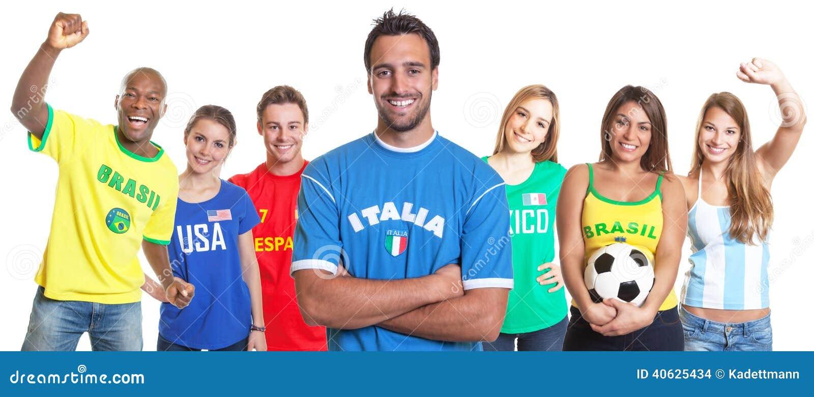 Włoski piłki nożnej fan z krzyżować rękami i inny wachluje
