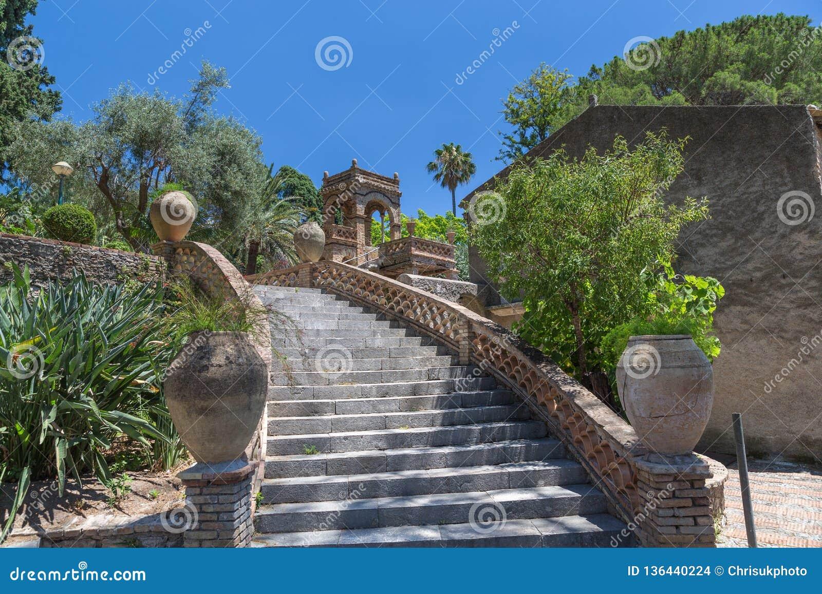 Włoski schody w jawnych ogródach Taormina w Sicily