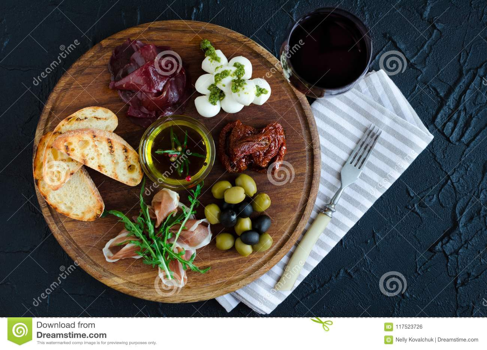 Włoskie antipasti wina przekąski ustawiać