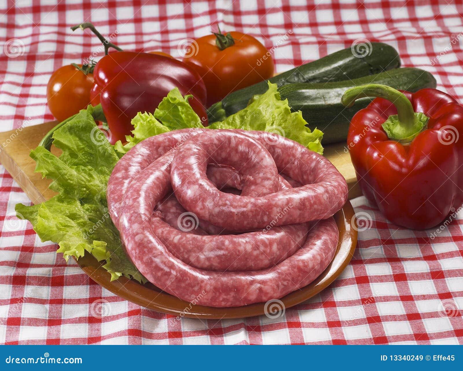 Włoskie surowe kiełbasy