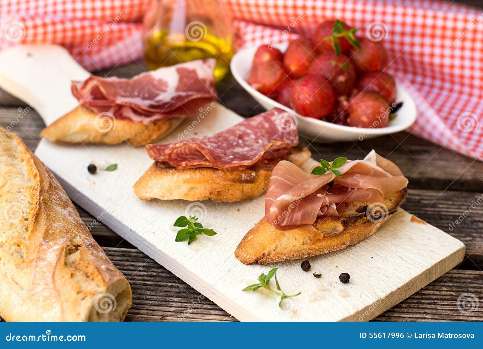 Włoskiego baleronu suchy leczący prosciutto na chlebowej grzance