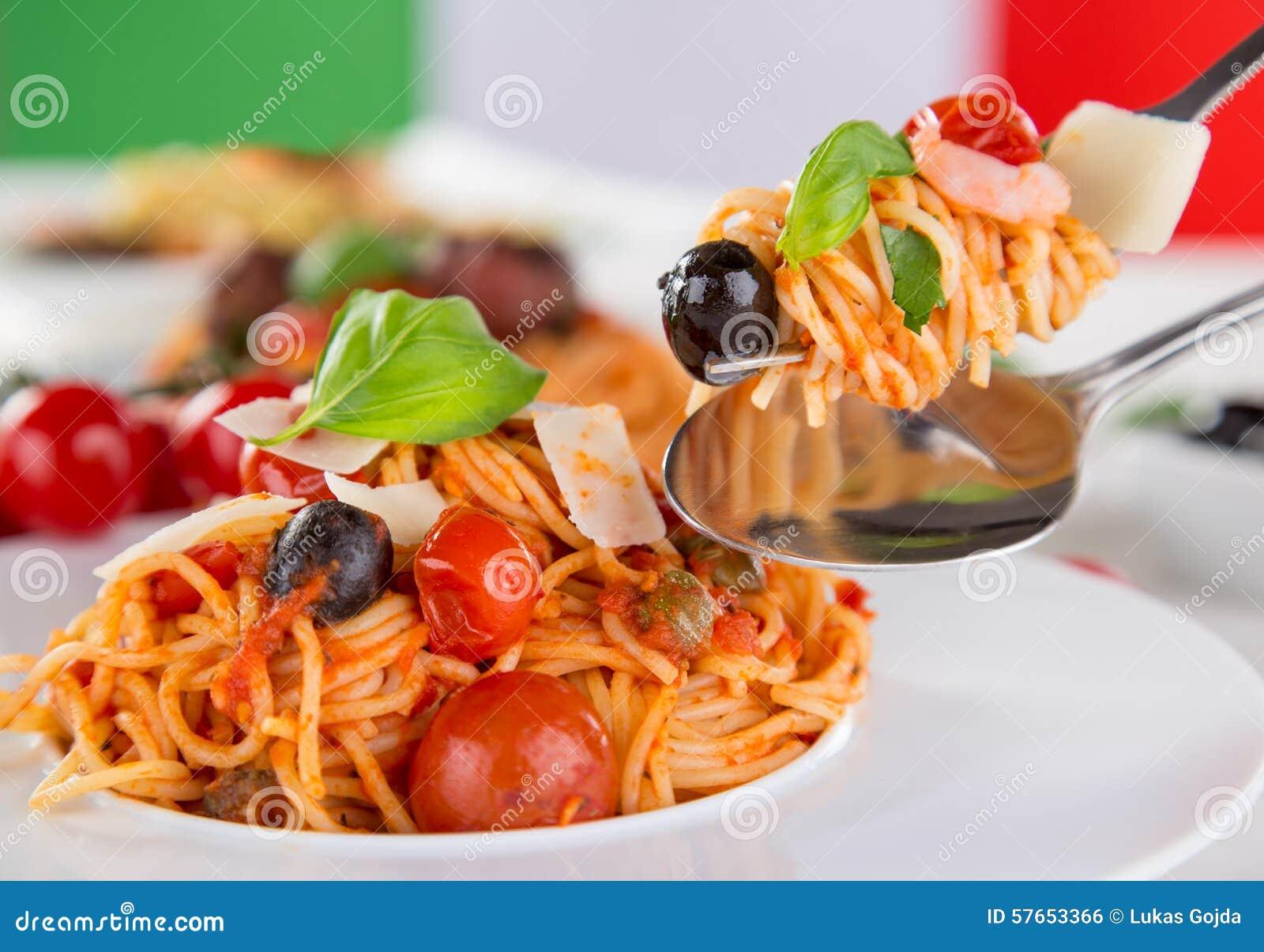 Włoskiej odosobnionej makaron ścieżki white pomidorowego