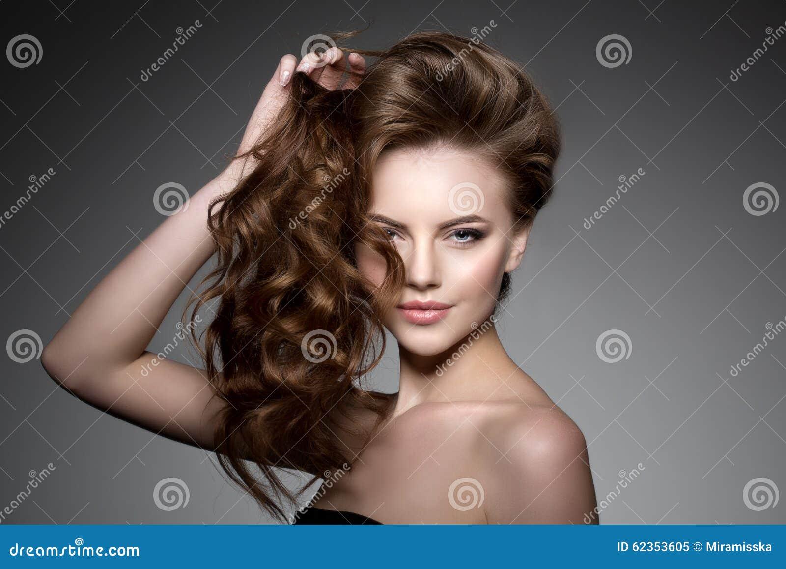 Włosy tęsk model Fala kędziorów fryzura Włosiany salon Updo f