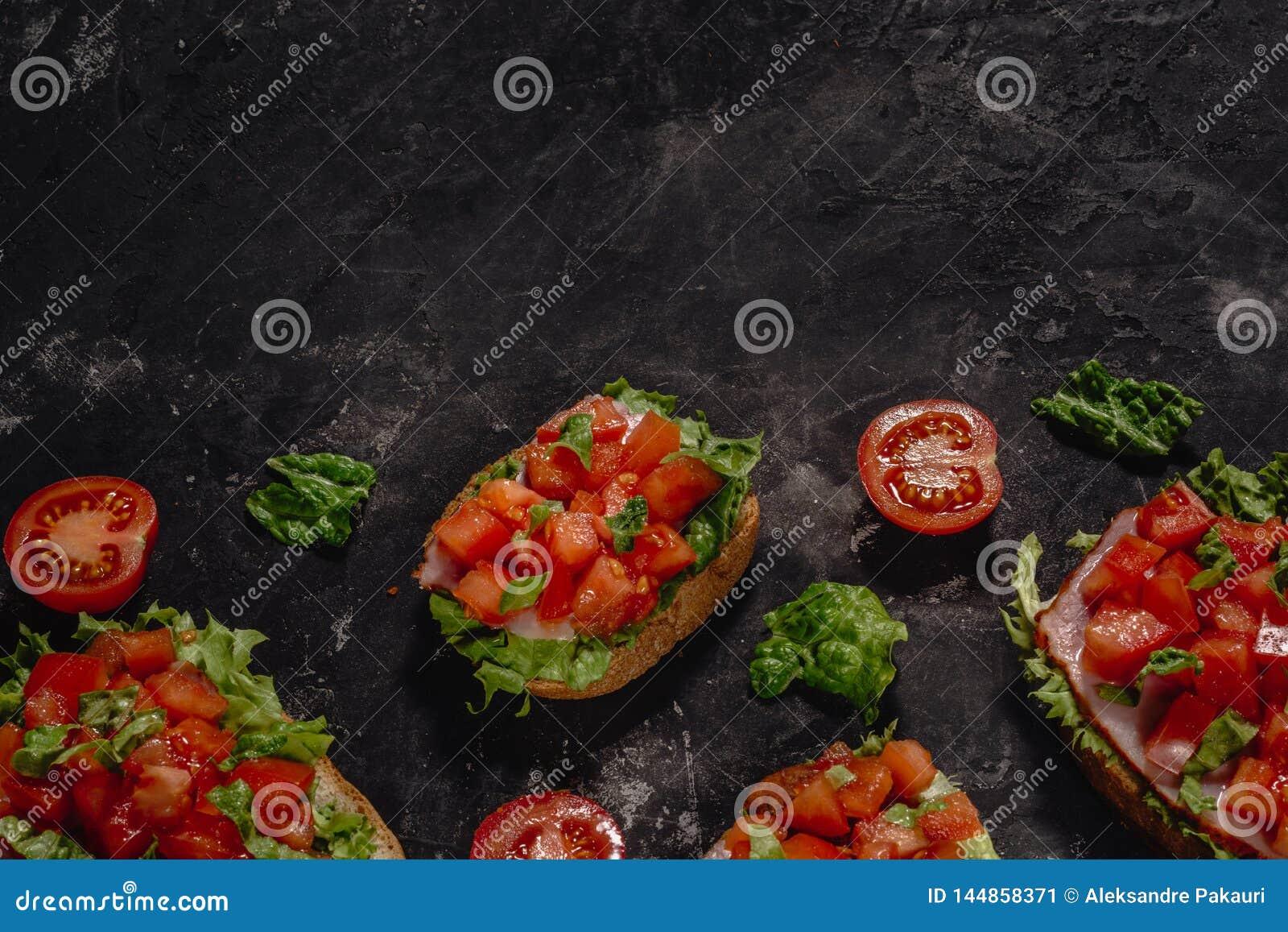 W?oszczyzna Bruschetta z pomidorami, mozzarella kumberlandem i sa?atka li??mi siekaj?cymi, Tradycyjna w?oska zak?ska lub przek?sk