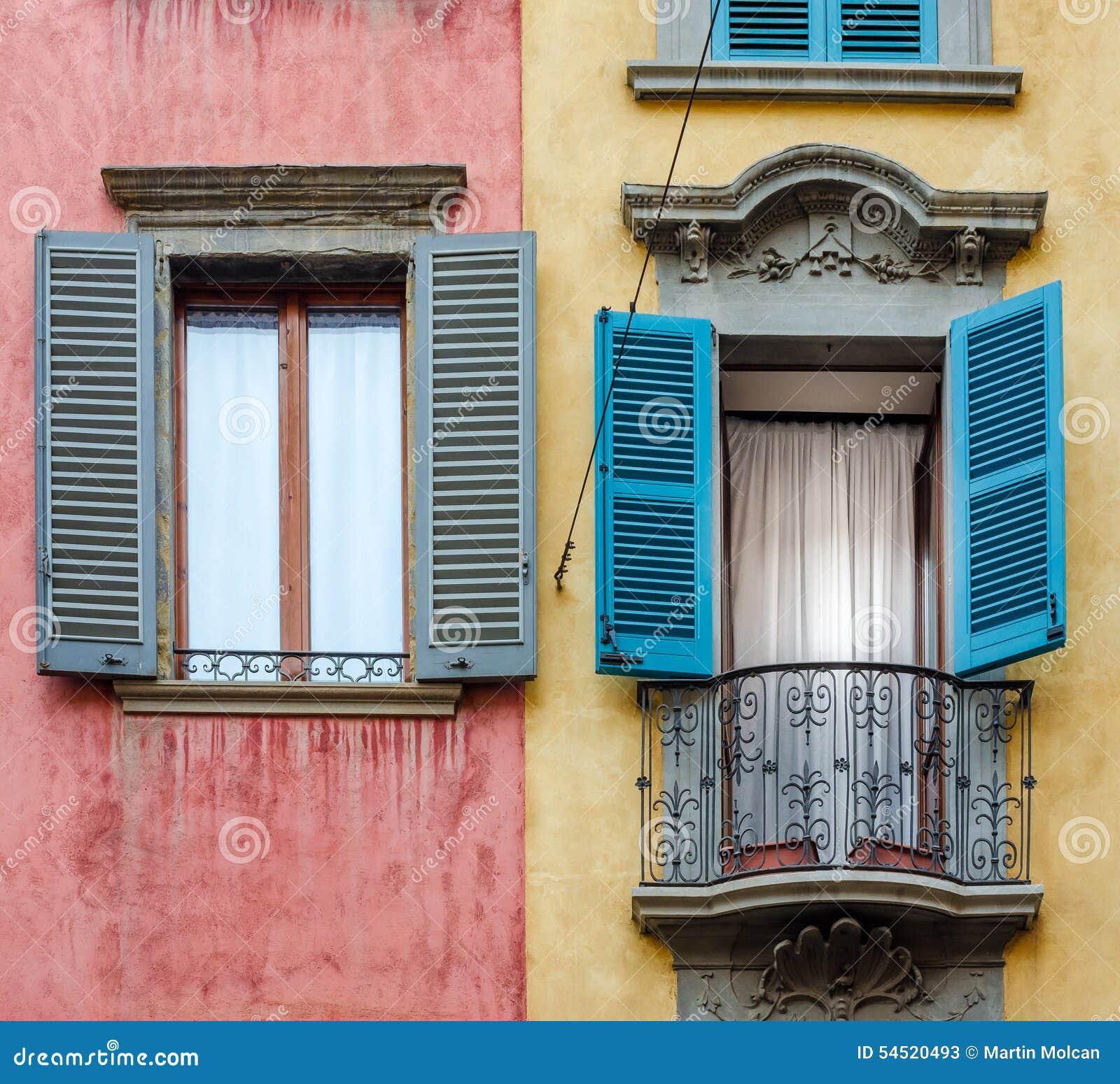 Włoszczyzna dom z kolorowymi ścianami, okno i balkonem,