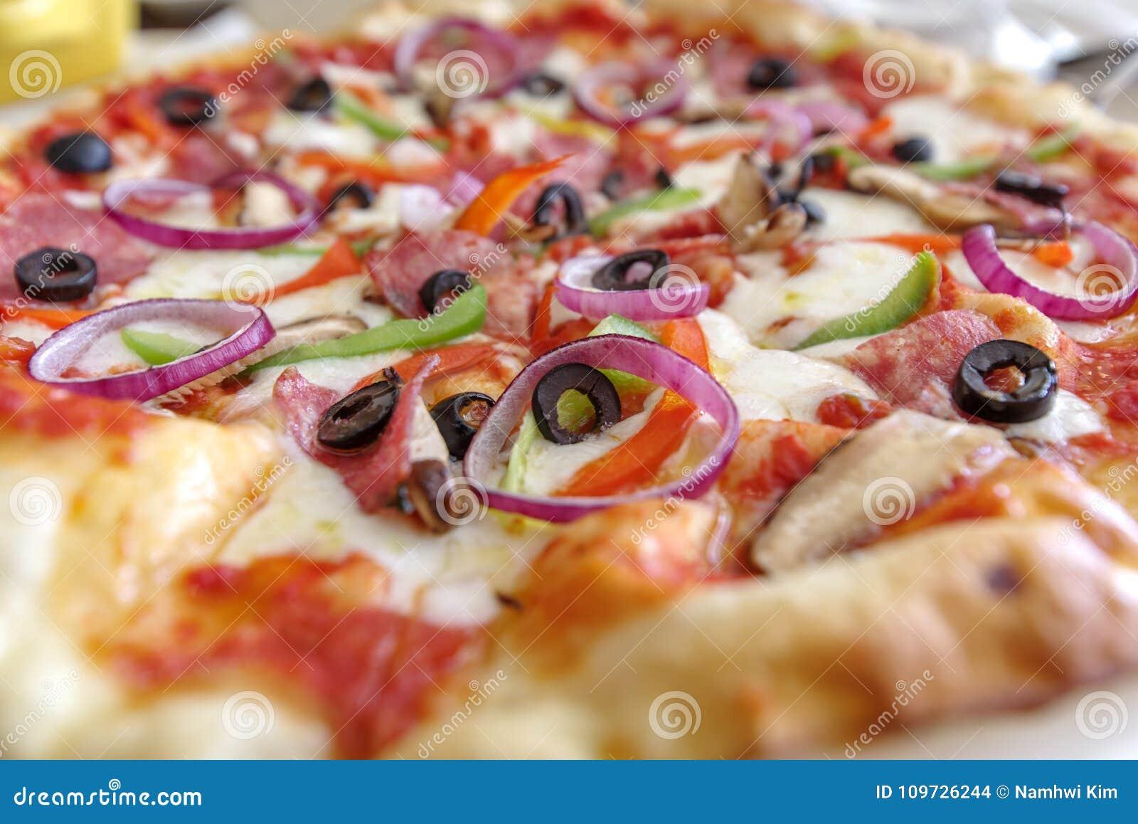 Włoszczyzna stylu cienka pizza na stole