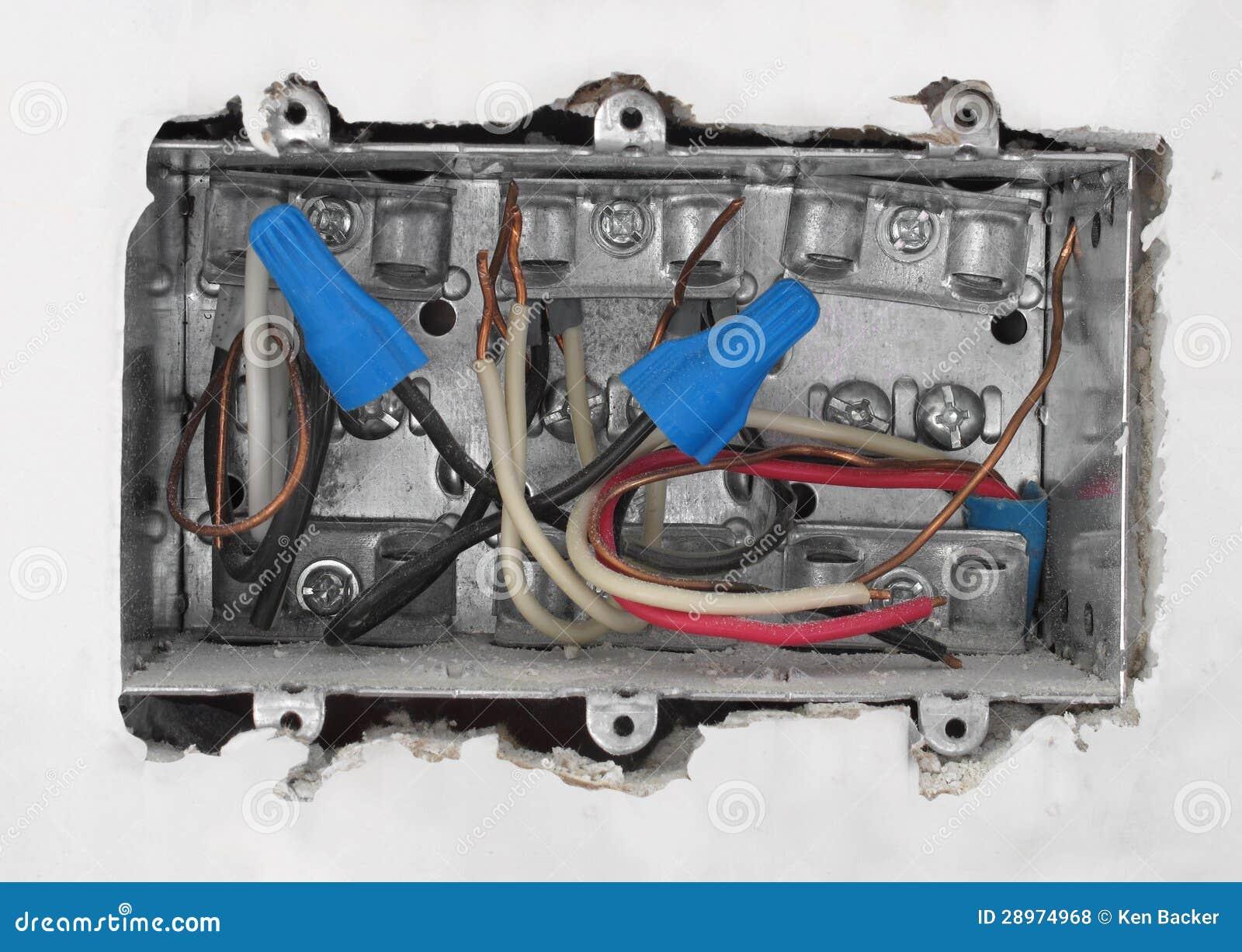 Wśrodku elektrycznego pudełka w drywall.