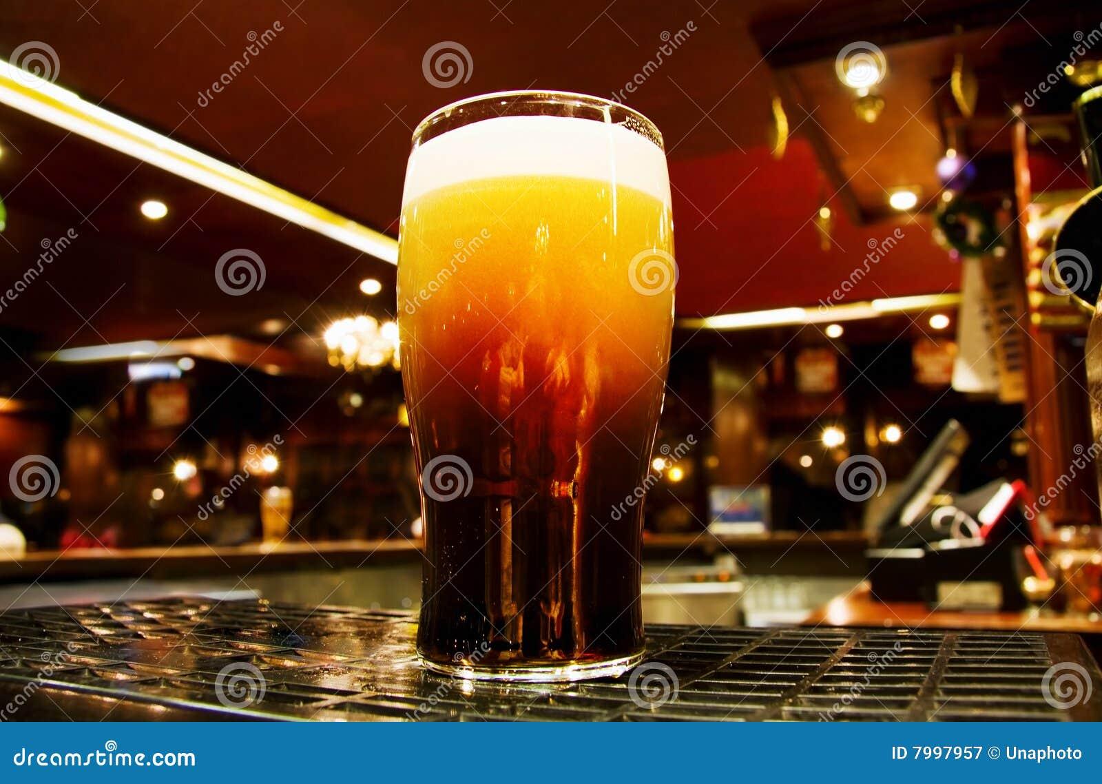 Wśrodku irlandzkiego pubu Dublin piwny czarny złoto