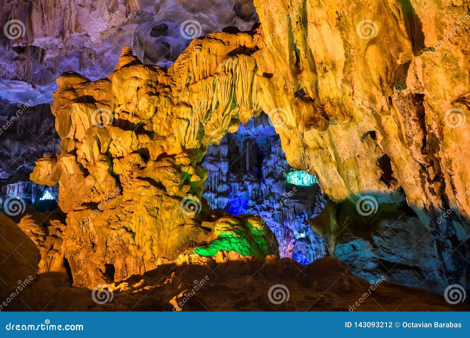 Wśrodku kolorowego cavern w brzęczeniach Tęsk zatoka, Wietnam/