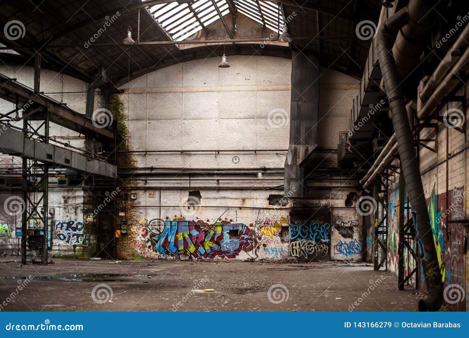 Wśrodku starego i zaniechanego fabrycznego budynku z graffiti